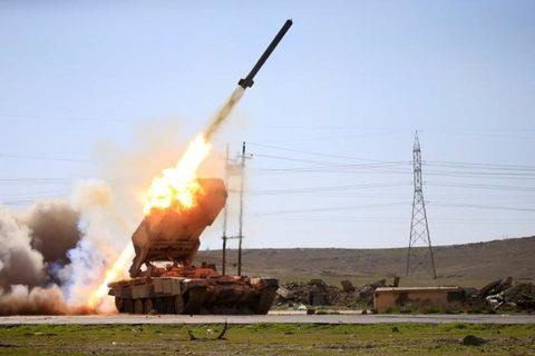 Quân đội Iraq nã rocket vào khu vực chiếm đóng của IS ở phía Tây Mosul ngày 25/2