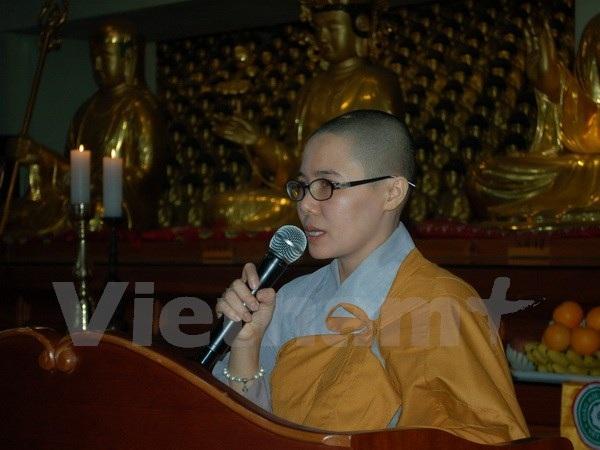 Sư cô Thích Nữ Giới Tánh, Ủy viên Ban Phật giáo Quốc tế Trung ương Giáo hội Phật giáo Việt Nam phát biểu khai mạc buổi cầu nguyện. (Ảnh: PV/Vietnam+)