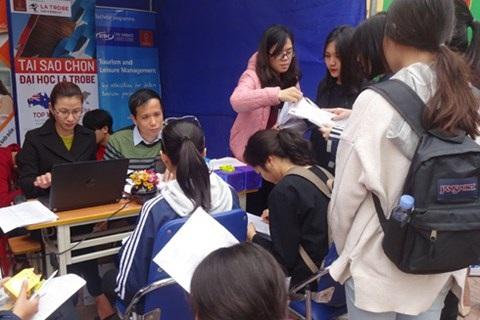 500 học sinh trường THPT Yên Hòa được tư vấn hướng nghiệp trước kỳ thi THPT quốc gia