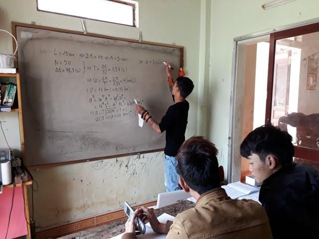 Nguyễn Văn Sỹ đang dạy kèm cho một vài em ôn thi lại đại học