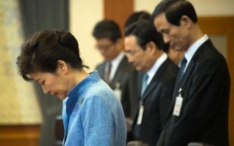Tổng thống Park Geun-hye (áo xanh). Ảnh: Yonhap