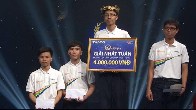 Thanh Tùng và Phú Vinh (ngoài cùng bên phải) trong cuộc thi tuần 2 tháng 1 quý 3 của Đường lên đỉnh Olympia 2017.