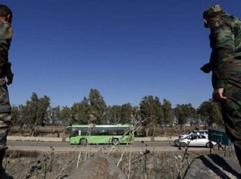 Chiếc xe chở phiến quân bắt đầu rời Al-Waer đến Idlib