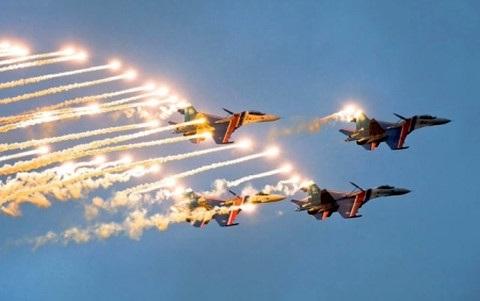 Một màn bay biểu diễn của phi đội Hiệp sĩ Nga. Ảnh: Reuters