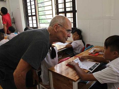 Thầy Rick trong một tiết học tiếng Anh ở Trung tâm Phát Huy Bình An. Ảnh: H.LAN