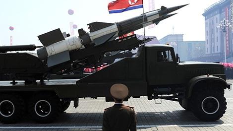 Tên lửa Triều Tiên trong một cuộc duyệt binh ở Bình Nhưỡng. Ảnh: CNN.