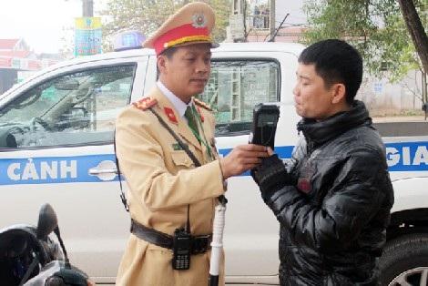 Đại úy Hoàng Anh Tuấn trong một lần làm nhiệm vụ tại hiện trường.