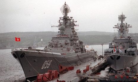 Ảnh chụp tuần dương hạm tên lửa mang tên Đô đốc Ushakov chạy bằng năng lượng hạt nhân và tuần dương hạm tên lửa mang tên Tướng Ustinov vàonăm 1992. Ảnh: Hải quân Mỹ