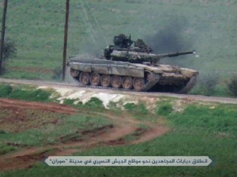 Hình ảnh phiến quân khủng bố lái xe tăng T-90