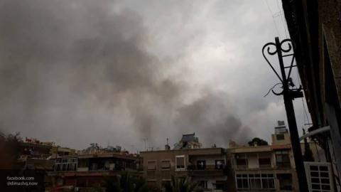 Hình ảnh nhà cửa tan nát, khói bốc mù mịt sau cuộc tấn công giữa lực lượng quân đội Syria và khủng bố IS trong ngày 26/3 ở tỉnh Damascus.