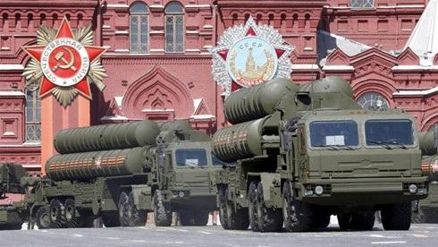 Hệ thống tên lửa phòng không tiên tiến S-400 của Nga diễu hành trên Quảng trường Đỏ. Ảnh: Reuters
