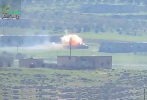 Khoảnh khắc TOW lao vào chiếc T-62M.