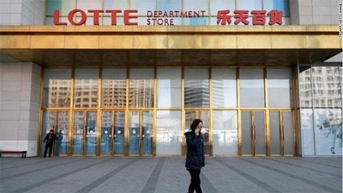 Cảnh vắng vẻ của một cửa hàng bán lẻ Lotte trên đất Trung Quốc. Ảnh: CNN