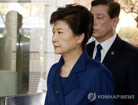 Cựu Tổng thống Hàn Quốc Park Geun-hye đến dự phiên điều trần sáng 30-3. Ảnh: Yonhap