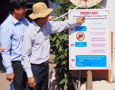UBND phường Hiệp Thành (quận 12) dựng bảng cảnh báo sau khi bệnh nhân NTNT tử vong do SXH. Ảnh: TRẦN NGỌC