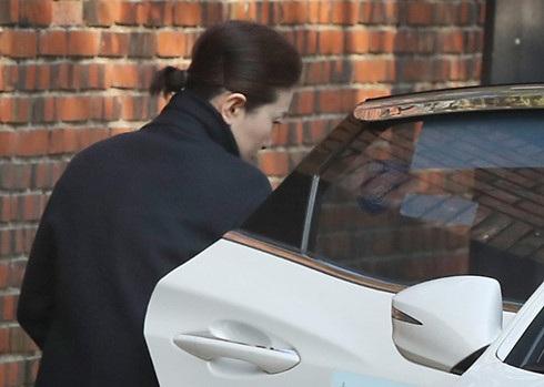 Chuyên viên trang điểm có mặt tại nhà riêng của bà Park trước phiên xét xử ngày 30/3/2017. Chính những động thái nhỏ này lại khiến người dân Hàn Quốc tin rằng bà Park tắc trách, không thực sự ăn năn. Anh: Yonhap.