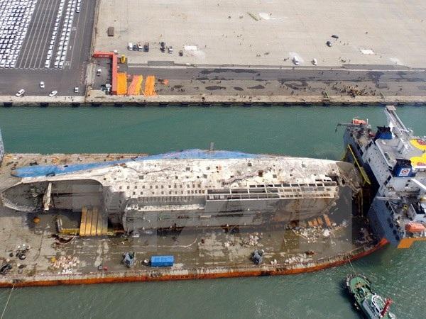 Phà Sewol được lai dắt về tới cảng Mokpo ngày 31/3. (Nguồn: YONHAP/TTXVN)