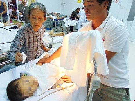 Chui gầm tàu hỏa, bé 32 tháng tuổi bị cán gãy chân - 1