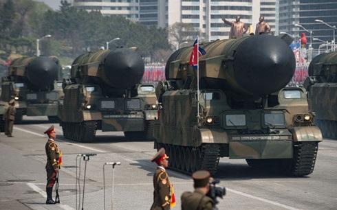 Hàng loạt tên lửa được Triều Tiên trưng ra trong lễ diễu binh ngày 15/4/2017. Ảnh: AFP.