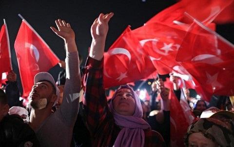 Những người ủng hộ việc sửa đổi Hiến pháp ăn mừng chiến thắng. Ảnh: Reuters