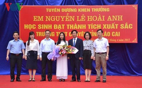 Lãnh đạo nhà trường trao bằng khen cho học sinh Nguyễn Lê Hoài Anh.