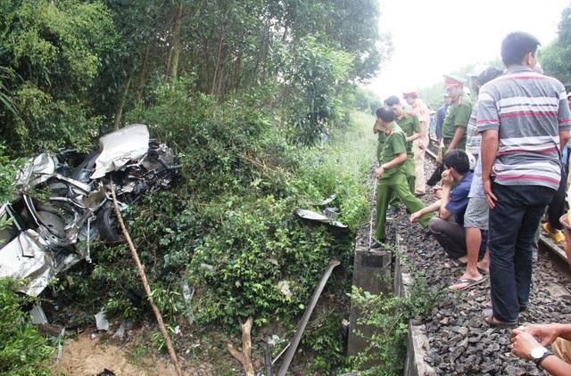 Chiếc ô tô con bị tàu hỏa húc văng gần 50 mét và bị biến dạng hoàn toàn