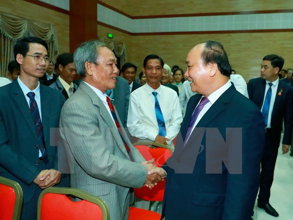 Thủ tướng Nguyễn Xuân Phúc và Phu nhân đến thăm, nói chuyện với cán bộ, nhân viên Đại sứ quán, đại diện cộng đồng, lưu học sinh và doanh nghiệp Việt Nam tại Campuchia. (Ảnh: Thống Nhất/TTXVN)