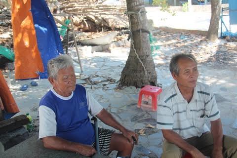 Ông Trần Trò (áo xanh) người Đàng Hạ và ông Võ Thành Trung, Trưởng xóm Xuân Đừng.