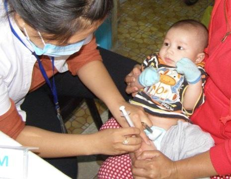 Một trẻ đang được tiêm vaccine phòng ngừa bệnh bạch hầu. Ảnh: TRẦN NGỌC