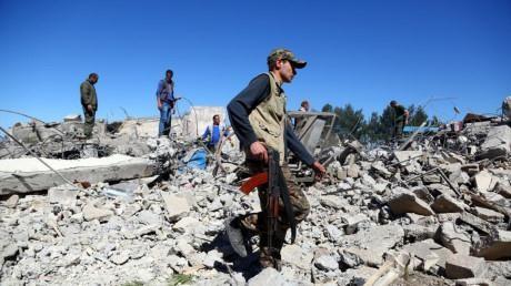 Binh lính YPG tại hiện trường cuộc không kích do Thổ Nhĩ Kỳ thực hiện ở thị trấn Derik-Syria