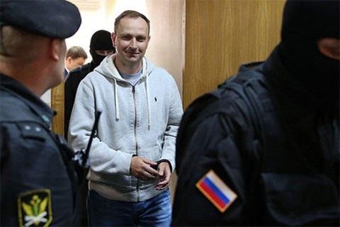 Ông Sugrobov (áo trắng) bị bắt vào ngày 8-5-2014