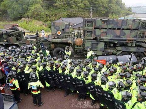 Cảnh sát được điều động để giải tán nhóm người dân biểu tình phản đối khi các bộ phận của hệ thống lá chắn tên lửa THAAD được triển khai đến Seongju. Ảnh: REUTERS
