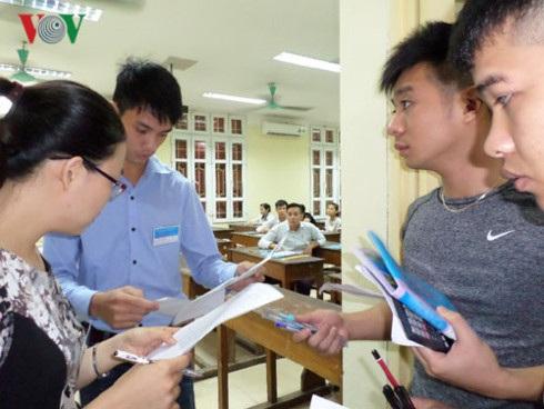 Các cán bộ, giảng viên ở trường đại học được huy động tới điểm thi sẽ làm Phó Trưởng điểm thi, Thư ký điểm thi, Cán bộ coi thi, cán bộ giám sát phòng thi và thanh tra.