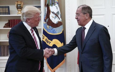 Tổng thống Mỹ Donald Trump tiếp Ngoại trưởng Nga Sergei Lavrov tại phòng Bầu Dục. (Ảnh: TASS)
