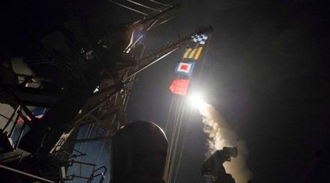 Mỹ phóng tên lửa hành trình Tomahawk vào Syria đêm 6-4 (giờ Mỹ). Ảnh: RT