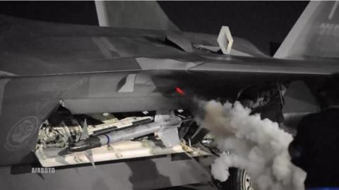 Lắp tên lửa đối không cho F-22.