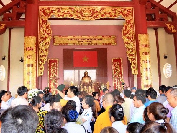 Rất đông bà con cộng đồng người Việt tại Lào đến dâng hương lên Bác nhân kỷ niệm 127 năm ngày sinh của Người. (Ảnh: Phạm Kiên/TTXVN)