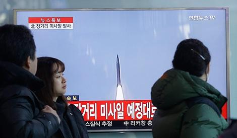 Các kênh truyền hình của Hàn Quốc phát tin về vụ thử tên lửa mới nhất của Triều Tiên. Ảnh: thehimalayantimes.com.