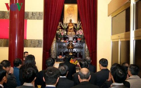 Lễ dâng hương tại bàn thờ Bác Hồ ở trụ sở Đại sứ quán Việt Nam tại Pháp.