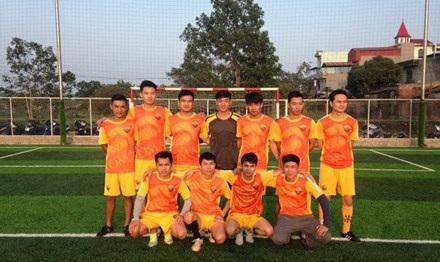 """Anh Phạm Văn Vương (người ngồi thứ 2 từ trái qua) được mệnh danh là """"ông bầu bóng đá làng"""", có thu nhập hơn 800 triệu mỗi năm."""