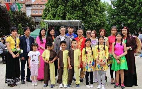 Đoàn Việt Nam tham gia lễ hội.