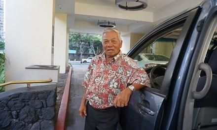 Ông Nguyễn Năng Tỉnh (Abraham Martin Nguyễn) bên chiếc xe taxi ở Hawai.