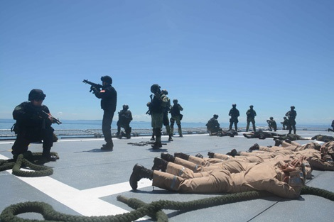 Trong khuôn khổ ADMM+ tham gia diễn tập An ninh hàng hải và Chống khủng bố năm 2016, lực lượng đặc nhiệm đa quốc gia khống chế khủng bố trên một con tàu. Ảnh: Hoa Huyền.