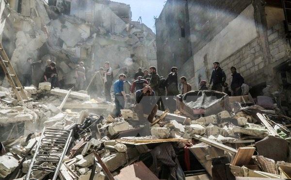 Cảnh đổ nát sau các cuộc không kích tại Ghouta ngoại ô phía Đông thủ đô Damascus ngày 4/4. (Nguồn: AFP/TTXVN)