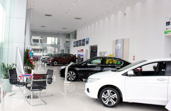 Giá xe giảm mạnh, ngoài chính hãng còn do các đại lý cạnh tranh nhau giảm thêm (ảnh minh họa)