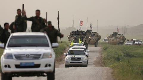 Chiến binh Kurk dẫn đầu một đoàn xe quân sự Mỹ tại thị trấn Darbasiya, giáp biên giới Thổ Nhĩ Kỳ