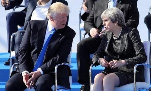 Thủ tướng Theresa May và Tổng thống Donald Trump tại hội nghị không chính thức các nhà lãnh đạo NATO ngày 25-5. Ảnh: Getty Images