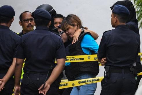 Hình ảnh Đoàn Thị Hương được áp tải đến phiên tòa ngày 13/4/2017. Ảnh: AFP.