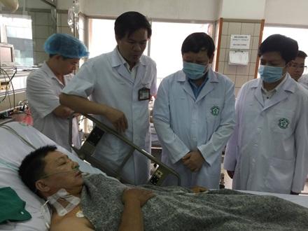 Bệnh nhân chạy thận bị sốc phản vệ đang được điều trị tại bệnh viện Bạch Mai (Hà Nội).