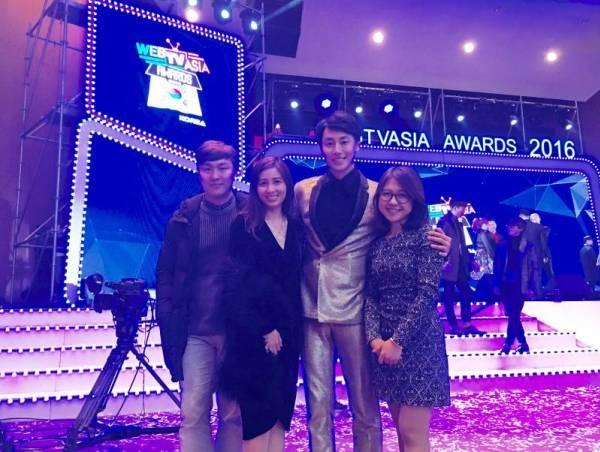 Thu Thảo (ngoài cùng, bên phải) trong lần cộng tác với ca sĩ Rocker Nguyễn tại lễ trao giải Web TV Asia.